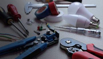 ¿Quién debe realizar el mantenimiento de instalaciones y equipos de trabajo?